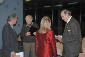 Die Geehrten im Gespräch mit dem Laudator, Hartmut Hoster sowie Frau Prof. Dr. Röhr-Sendlmeier