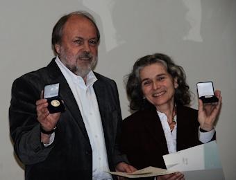 René Senn und Brigitte Wachter freuen sich über die Medaillen